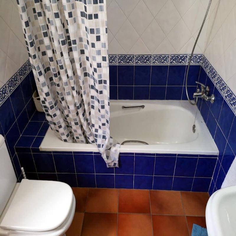 Sustitución de antigua bañera por mampara y plato de ducha.