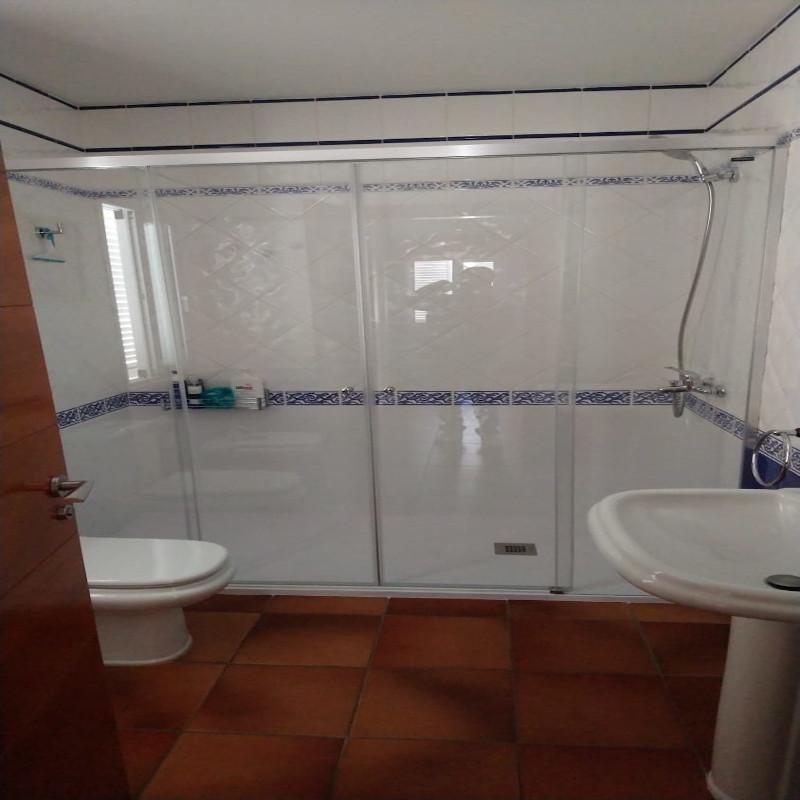 Reemplazamos la antigua bañera por una mampara y un plato de ducha, incluyendo grifería.